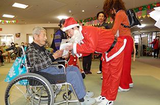 施設長サンタからクリスマスプレゼントを頂きました。